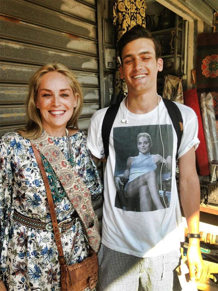 Iba paseando por Tel Aviv con su camiseta de Instinto básico cuando se encontró a Sharon Stone