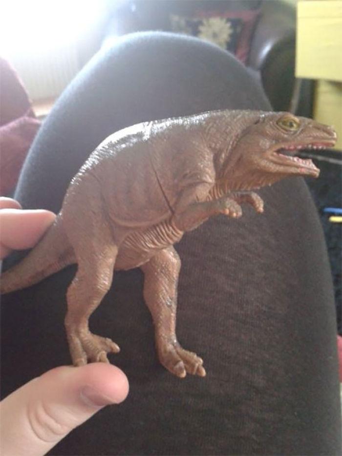 """Mi Sobrino Tiene Un Dinosaurio De Juguete Al Que Llamamos """"Dinosaurio Furtivo"""" Porque Parece J*didamente Furtivo"""