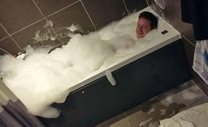 Escuché a mi novio reirse él solo en el baño