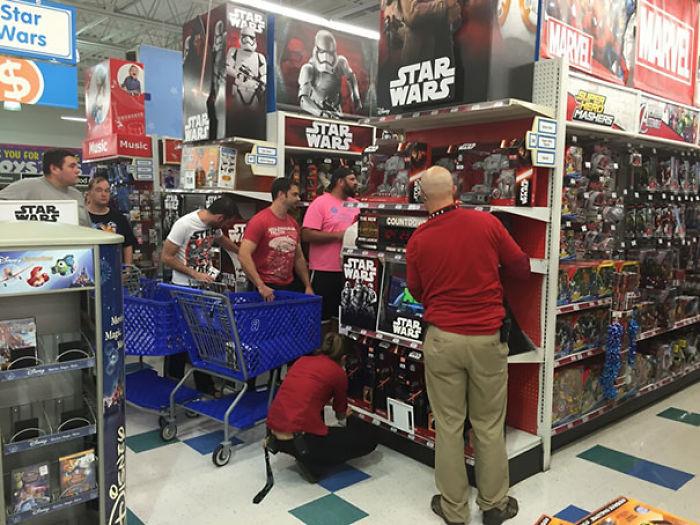 Mira todos estos niños comprando juguetes