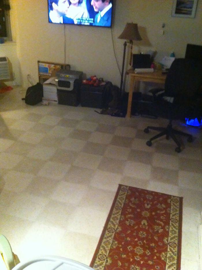 Le dije a mi esposa que el suelo estaba sucio y que lo limpiaria. Ella dijo que no estaba sucio, pero que limpiara la mitad para ver la diferencia. Misión cumplida. No tenemos baldosas