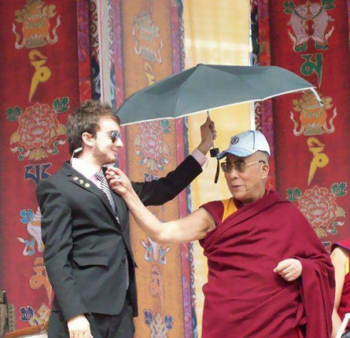 Mi amigo me dijo que era guardaespaldas del Dalai Lama, no le creí hasta que compartió esta foto