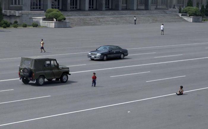 Cada vez hay más coches, pero la plebe aún se está acostumbrando a verlos. Los niños aún juegan en medio de la carretera
