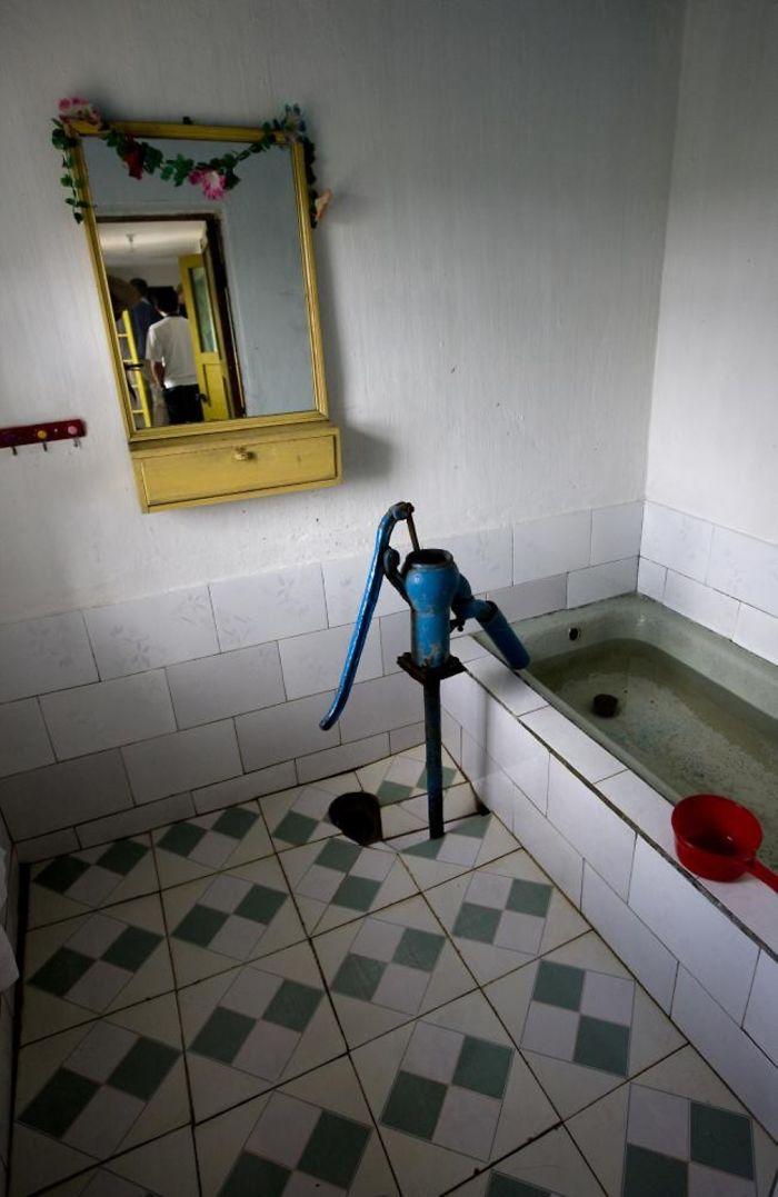 Casa rural. Tienen que usar la bañera como cisterna