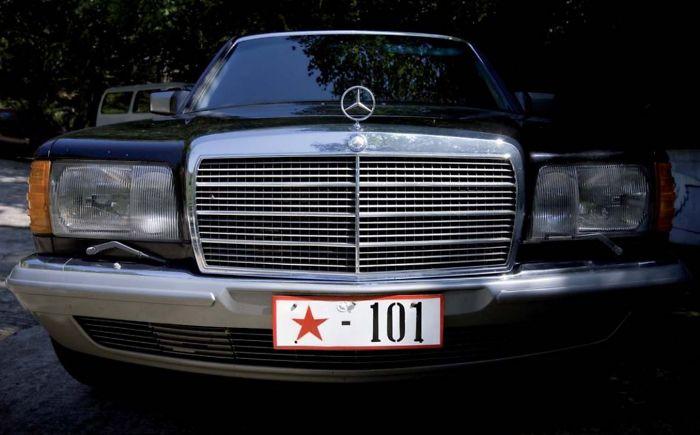 También está prohibido fotografiar muestras de riqueza. Los dueños de este coche son de la élite y estaban haciendo una barbacoa