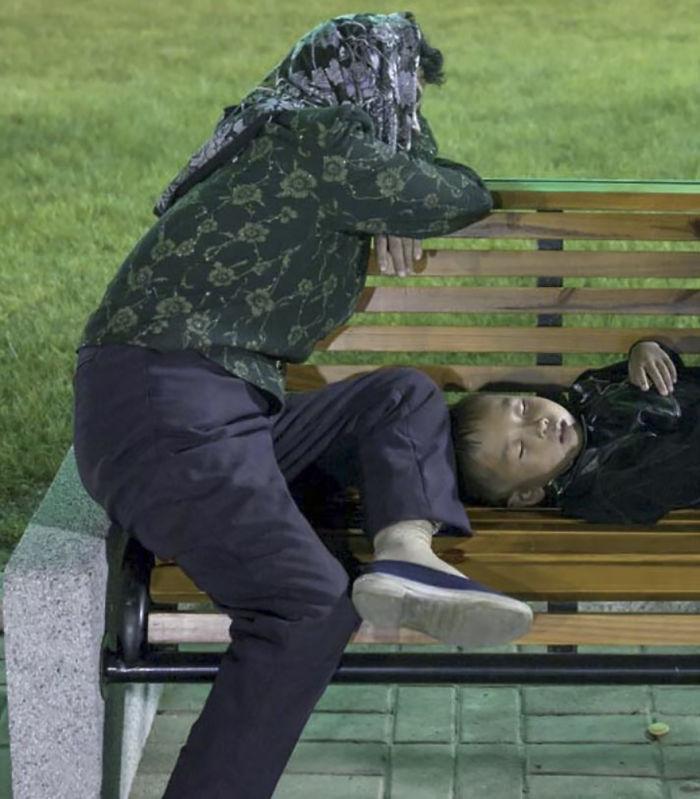 Hay mucha paranoia. Esta madre y su hijo estaban descansando en una feria. Me pidieron que borrara la foto porque estaban seguros de que diría que eran indigentes