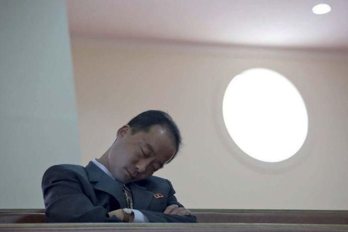 En una iglesia cristiana, este oficial se estaba echando una siesta