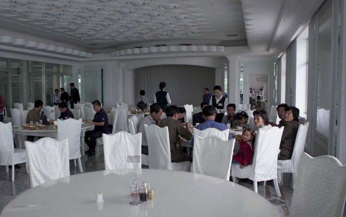 Han abierto restaurantes nuevos en el centro de Pyongyang. Cuesta unos pocos euros, pero solo la élite se los puede permitir. Me sirvieron un esturión delicioso