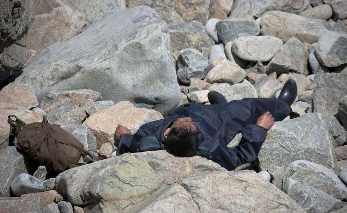 Hombre descansando en las rocas junto al mar en Chilbo. Me pidieron que la borrara porque los medios podrían decir que estaba muerto