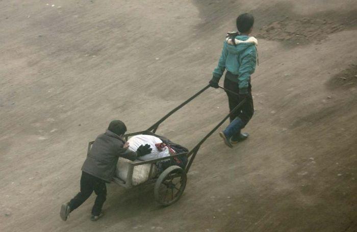 Chongjin es una ciudad que sufrió una gran hambruna. Me confiscaron la cámara en el bus. En el hotel, entendí por qué al ver a la gente en la calle