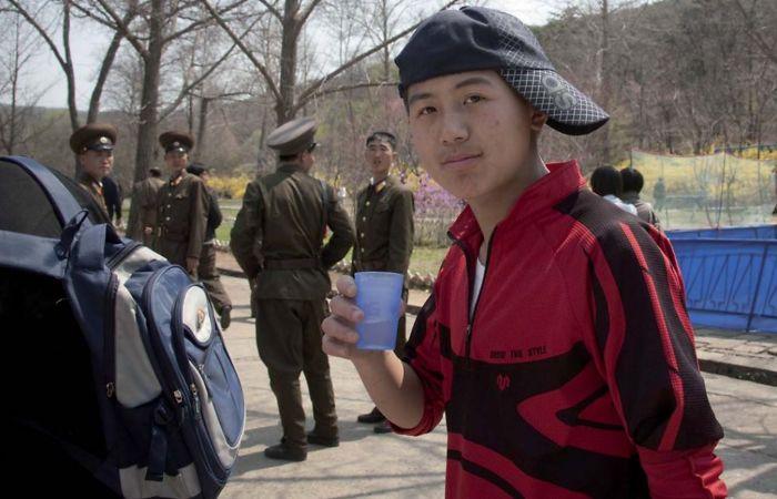 Me pidieron que borrara la foto porque aparecen soldados y porque el chico lleva la gorra de forma rara