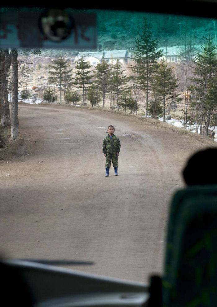 Raro ejemplo de niño indisciplinado. El autobús iba camino a Samijyon y este niño se puso en medio de la carretera