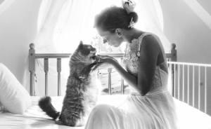 Soy una fotógrafa que hace sesiones privadas post-boda con gatos, y este es el resultado