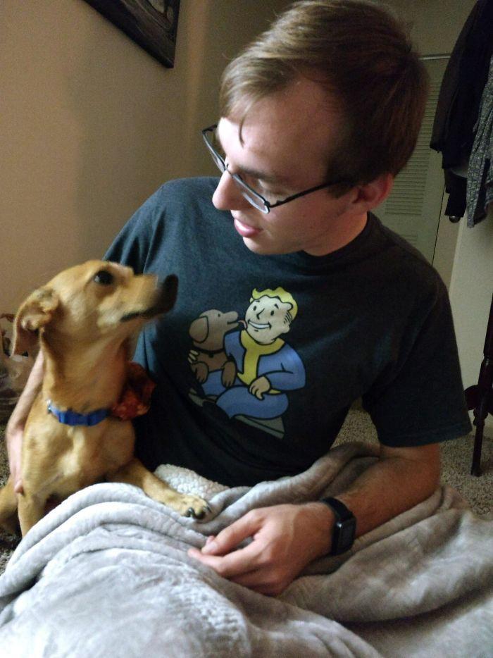 Mi perro y yo imitando el dibujo de la camiseta