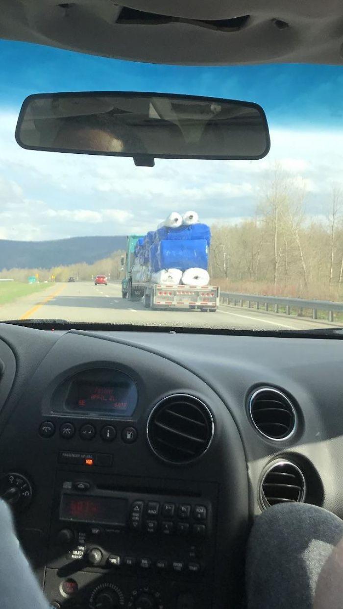 Este camión llevando rollos de plástico se parece al monstruo de las galletas