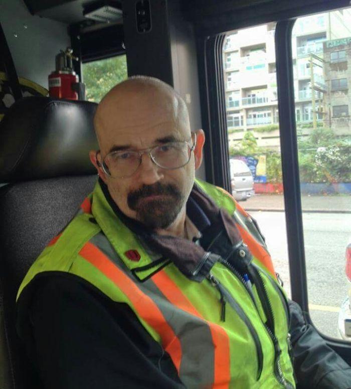El conductor del autobús es clavado a Walter White de Breaking Bad