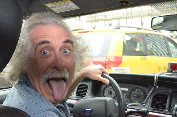 Albert Einstein conduce un taxi en Nueva York