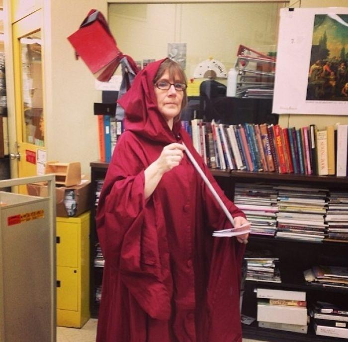 Minden évben az iskola könyvtárosja felöltözködik, mint egy könyvgyűjtő, hogy összegyűjtse a későbbi könyveket