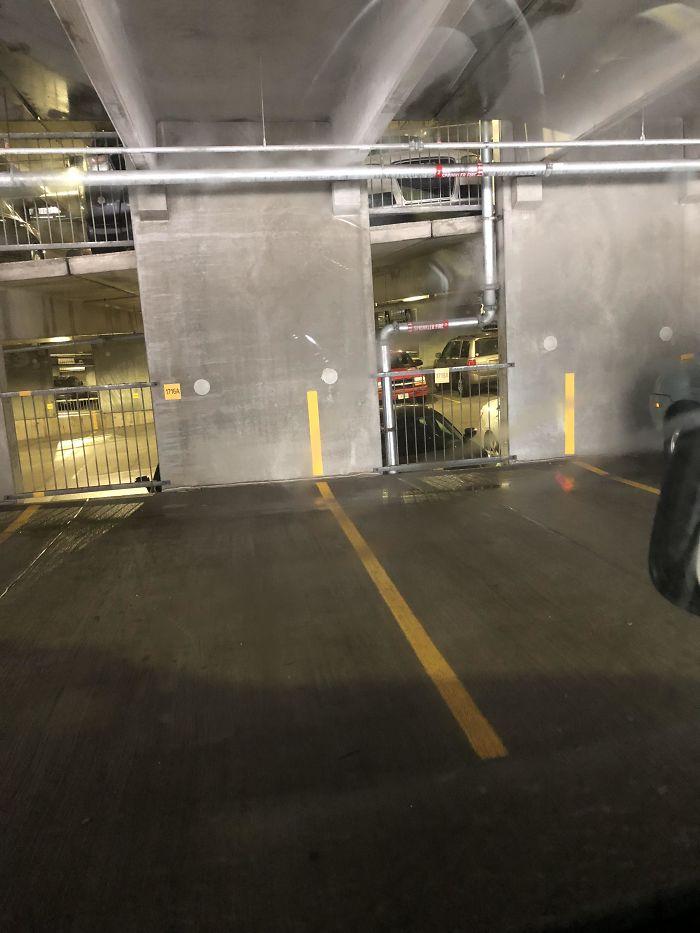 Las líneas de la plaza de aparcamiento suben hasta la pared, para ayudarte al aparcar