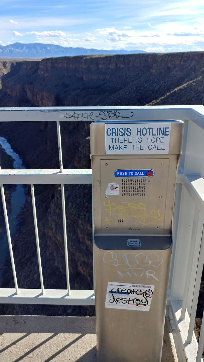 Puente con teléfono para personas en crisis que piensen en suicidarse