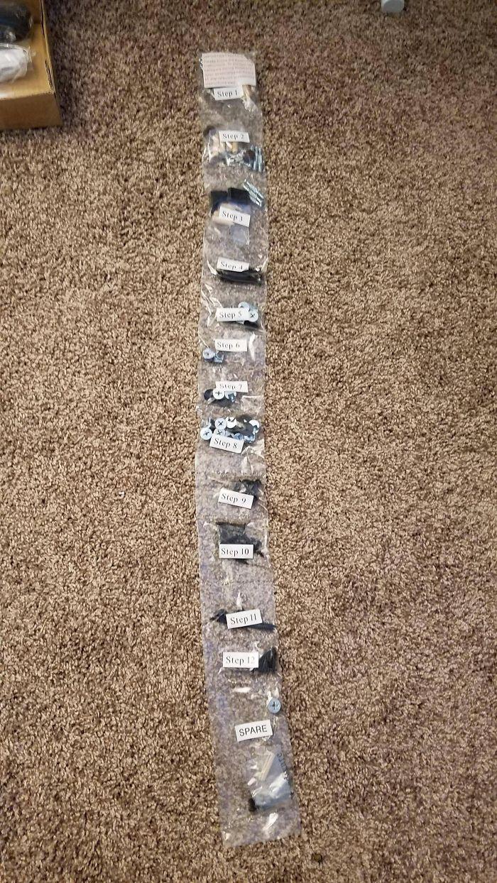 Las piezas del escritorio nuevo vienen separadas por los pasos a seguir