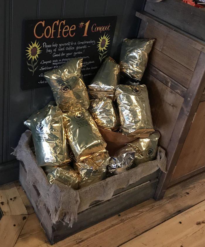Cafetería que ofrece compost gratis hecho con los posos del café usado