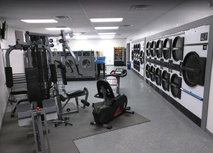 Esta lavandería tiene un equipo de gimnasia para que lo uses mientras esperas que termine tu lavado