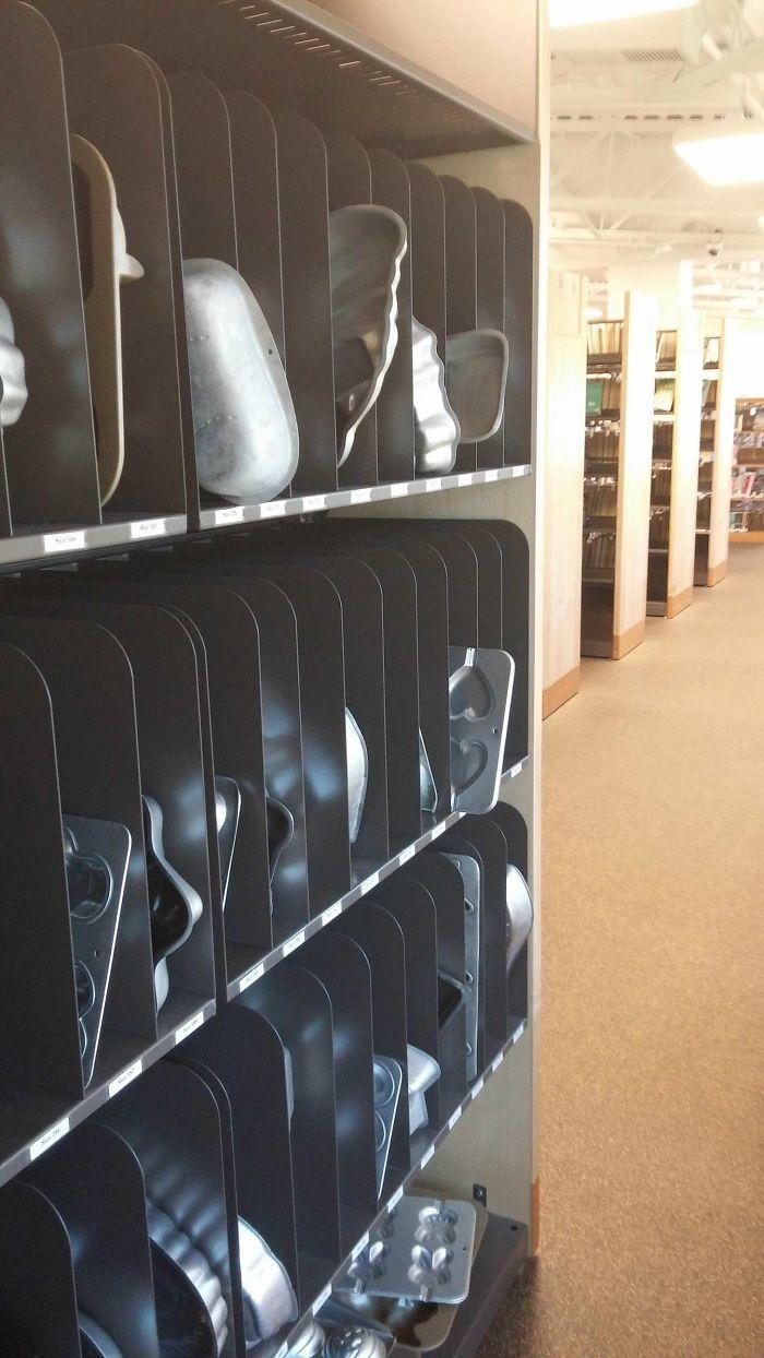 Biblioteca con docenas de moldes distintos para bizcochos
