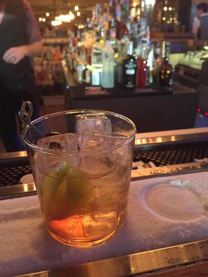 Bar con barra helada, para poner tu bebida y que siga fría