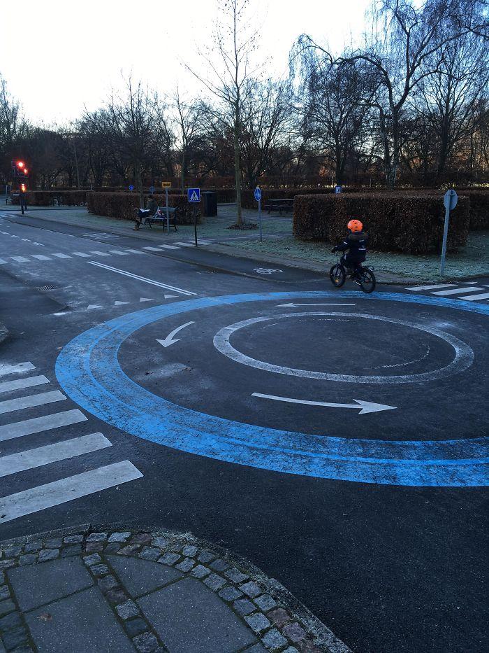 Patio para bicicletas en Copenhague, donde los niños practican y aprenden las normas para circular en bici por la ciudad antes de salir a las calles