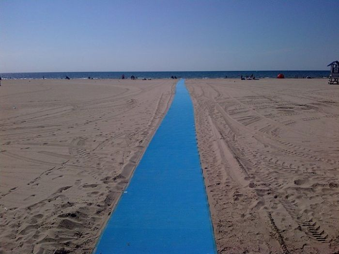Pasarela para carritos y sillas de ruedas en la playa