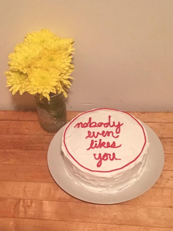 """Hoy me he mudado a vivir con mi novia, y su compañera de piso me ha hecho una tarta que dice: """"No le gustas a nadie"""""""
