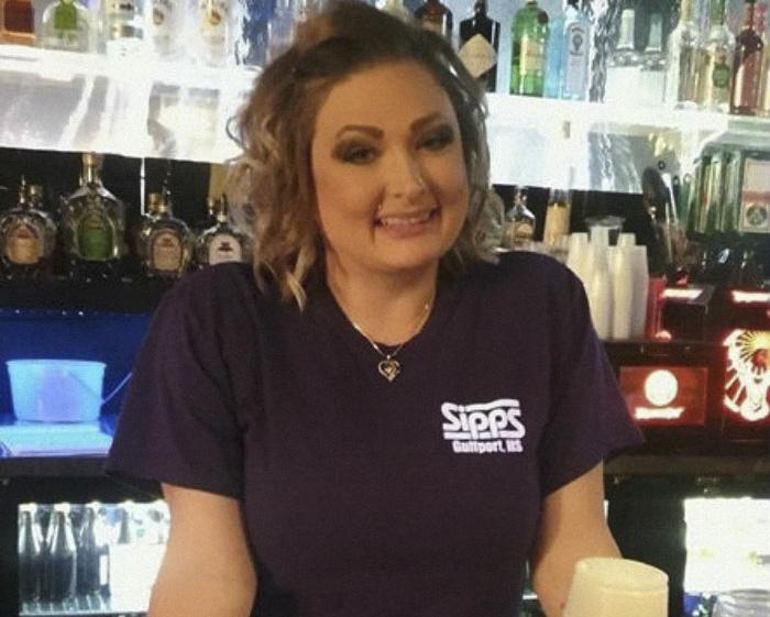 Esta madre llamó a un bar gay para pedir consejo después de que su hijo saliera del armario, y la camarera tiene la mejor respuesta