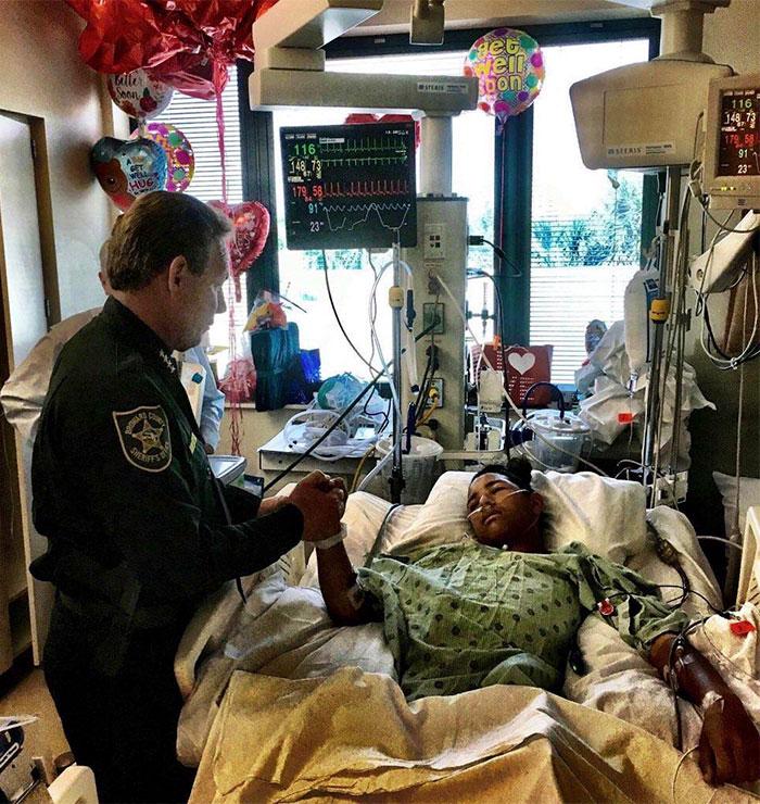 Anthony Borges, de 15 años. Usó su cuerpo para sujetar la puerta de clase durante el tiroteo de Florida y proteger a 20 estudiantes. Se llevó 5 balazos, esperamos que se recupere pronto