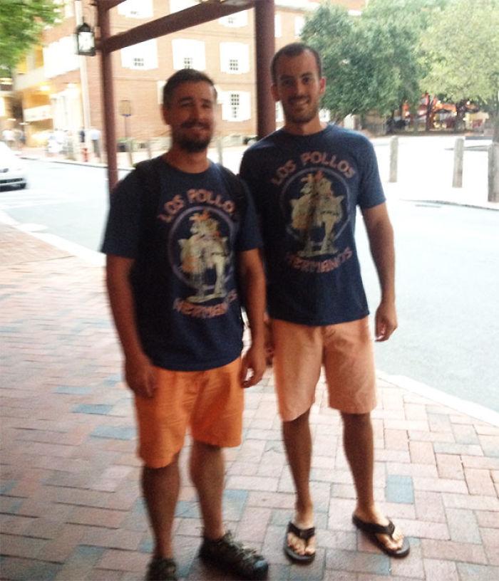 "¡Mi hermano de pollo! Le dije ""bonita camiseta"" y él me respondió ""bonitos pantalones"""