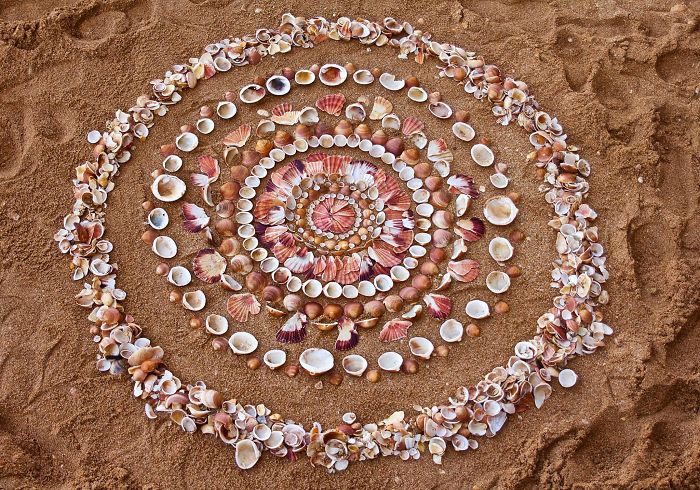 Artist Spends Hours Arranging Natural Objects Into Stunning Mandalas, Leaves Them For You To Find