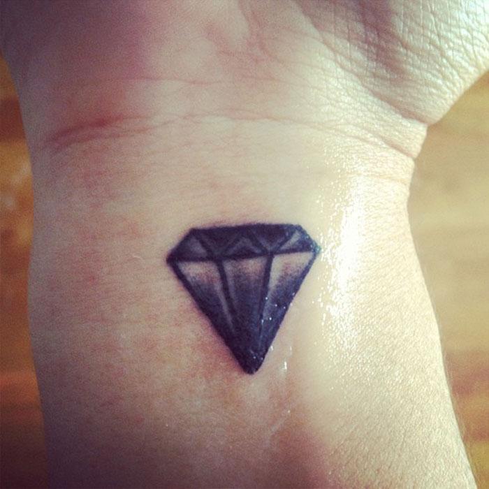 Me hice esto para cubrir un tatuaje que me hice junto a mi pareja tras una ruptura realmente horrible. Los diamantes son irrompibles