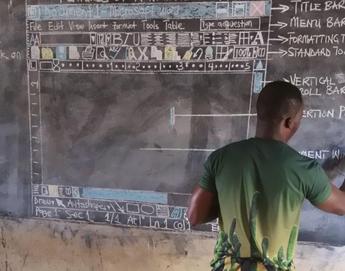 Este profesor de Ghana enseña MS Word en la pizarra, y hay que verlo de cerca para apreciarlo bien