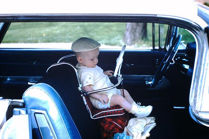 Niño en su asiento del coche