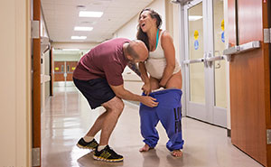 Esta mujer dio a luz en el suelo del pasillo de Urgencias, y las fotos son impresionantes (Aviso: contenido explícito)