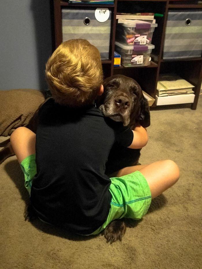 A mi hijo le gusta abrazar. Al principio al perro no le gustaba, pero al final se deja