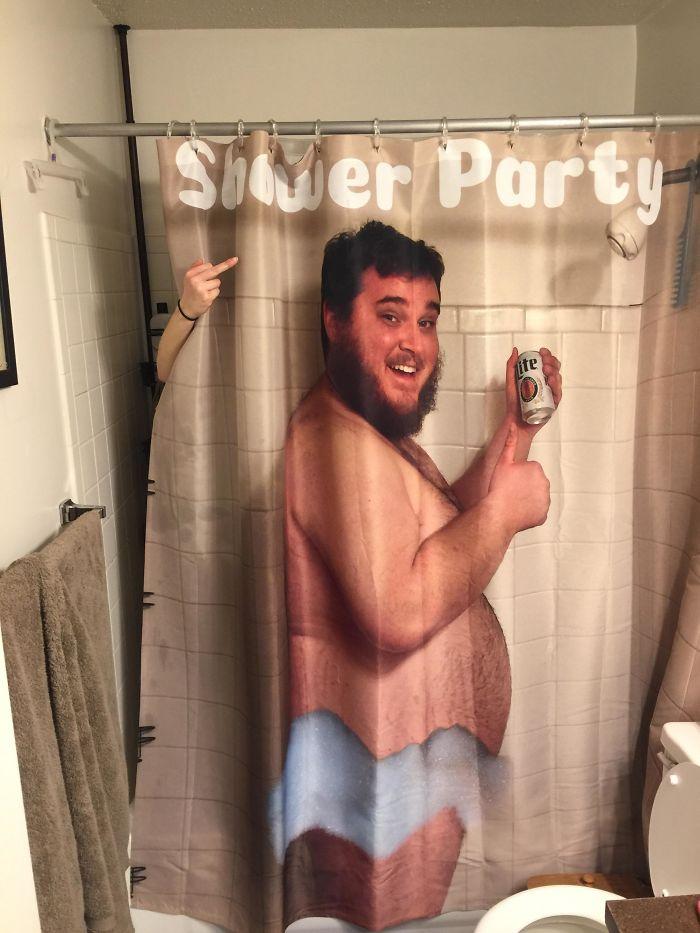 Le he regalado a mi esposa una cortina de ducha en la que salgo yo bebiendo cerveza. No le ha impresionado