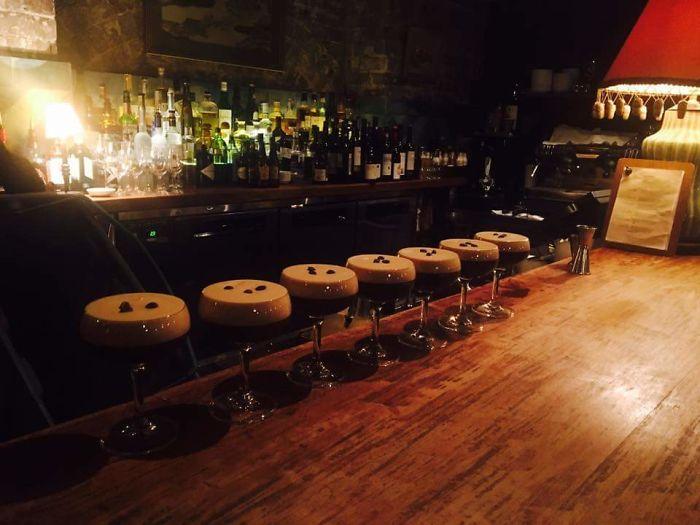 Cócteles espresso martinis que parecen taburetes de bar
