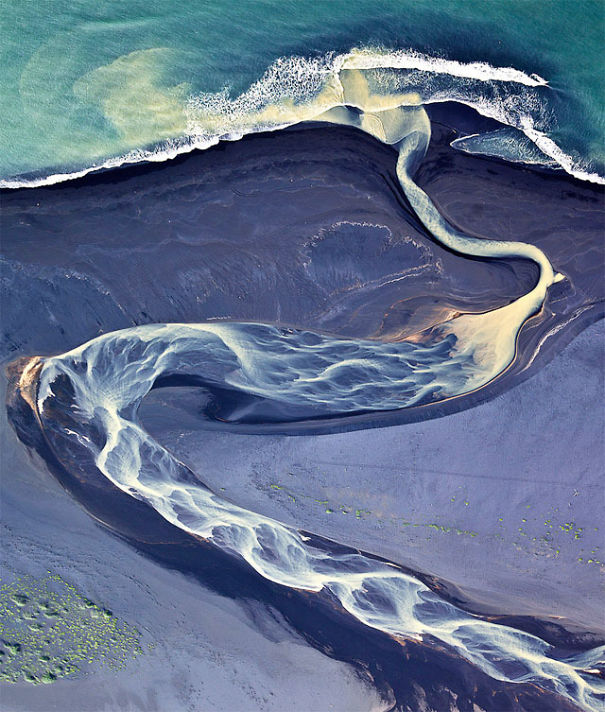 Amazing Icelandic River Almost Looks Like An Optical Illusion