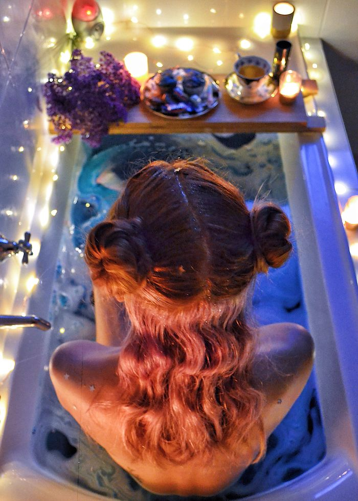 Missed The Last Meteor Shower? Just Turn Your Bathtub Into A Universe Of Your Own – Stardust, Fairy Lights And Milky Way Included