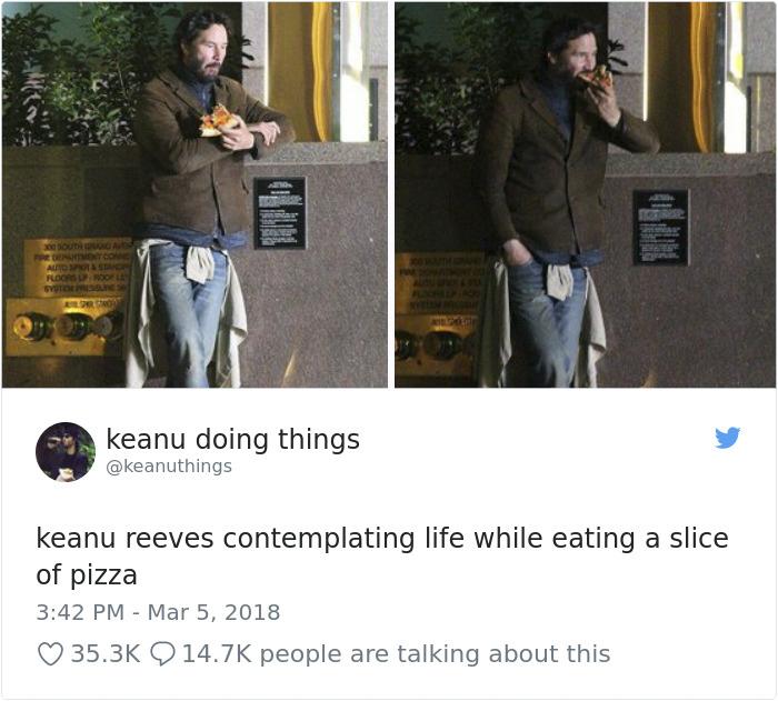 Keanu Reeves contemplando la vida mientras se come un trozo de pizza