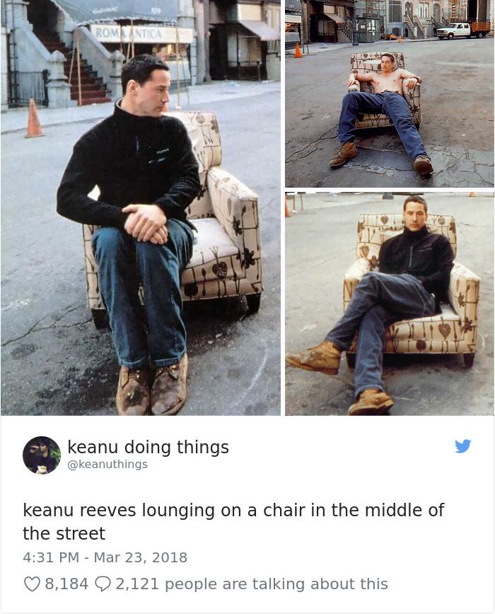 Keanu descansando en un sillón en mitad de la calle