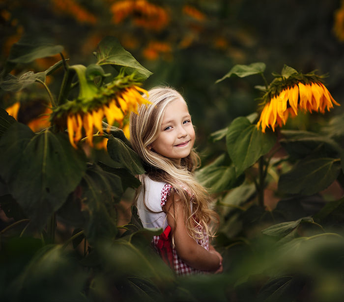 I Promised To Photograph My Daughter With Every Possible Flower In Her Hand