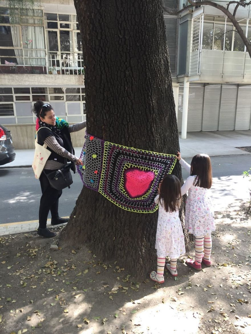 Yarnbombing In Amsterdam Avenue, In The Neighborhood Of La Condesa Where Many Buildings Colapsed And Were Extremely Damaged. This Adorable Little Girls Donated Their Sweaters So I Could Knit A Heart For Their Grandma's Building