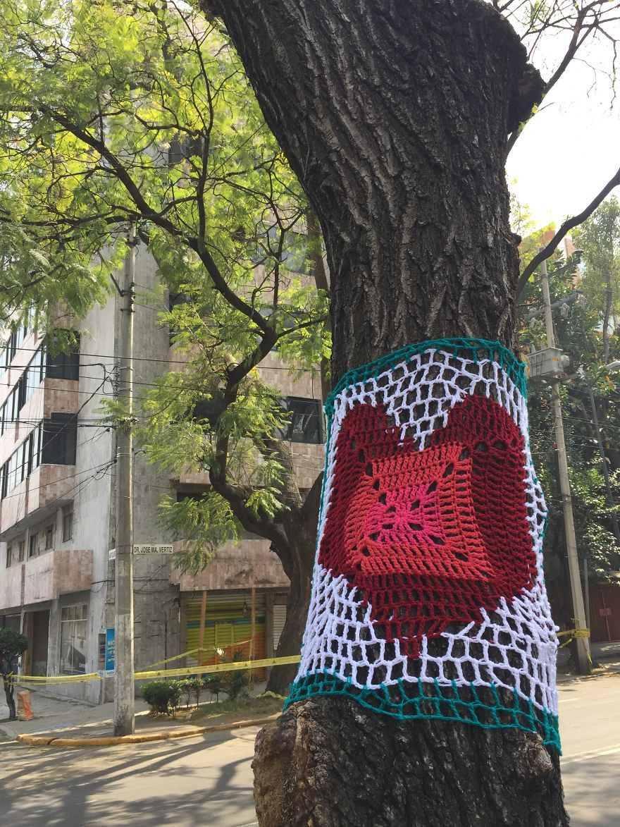 Yarnbombing In Doctor Vértiz Avenue, In The Neighborhood Of Narvarte Where Several Buildings Were Severely Damaged